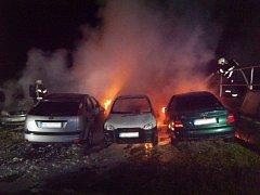 Osm osobních vozidel poškodil noční požár u autoservisu v Aši.