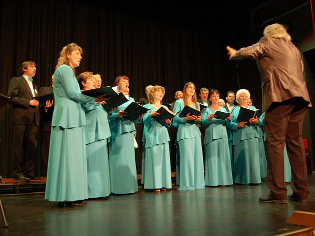 PĚVECKÝ SBOR Cantate z Rokycan zazpíval v chebském Kulturním centru Svoboda.