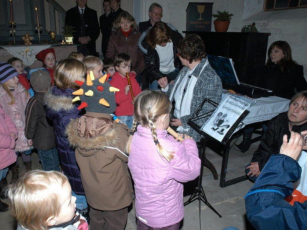 UŽ NA PRVNÍ ADVENTNÍ NEDĚLI se v kostele v Hazlově uskutečnila zajímavá akce. Zapěly například děti z místní mateřské školy.  Vysoký počet návštěvníků překvapil i samotné organizátory.