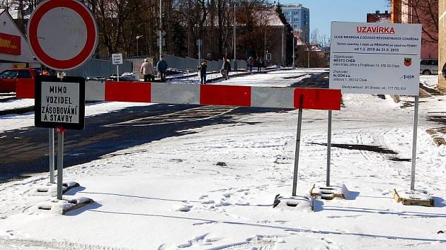Uzavřená chebská Riegerova ulice.