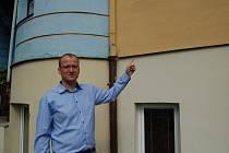 ZÁSTUPCE ŘEDITELKY františkolázeňské základní umělecké školy Bohumil Polívka ukázal místo, kam na fasádu jejich budovy desku Járy Cimrmana umístí.