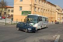 Dopravní nehoda autobusu a osobního auta v Chebu