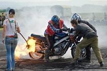 LETIŠTĚ V PLANÉ U MARIÁNSKÝCH LÁZNÍ nabídne u víkendu například automobilové i motocyklistické kaskadérské kousky.