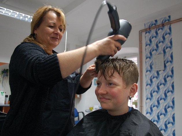 Již téměř třicet let do jejích rukou lidé vkládají svou hlavu. Řeč je o kadeřnici Iloně Lazurové z Chebu, která přímo v centru města dává tvar vlasovým kšticím.