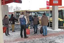 NOVÝ DOPRAVNÍ TERMINÁL v Chebu za 110 milionů korun překvapil cestující. Na podpěrných sloupech se nachází varování, aby se jich lidé nedotýkali při bouřce.