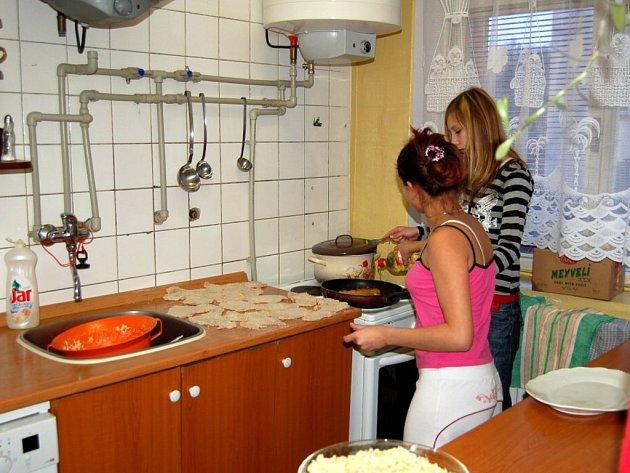 V Dětském domově Cheb zůstalo o vánočních svátcích devět dětí. S přípravou večeře pomáhala všechna děvčata