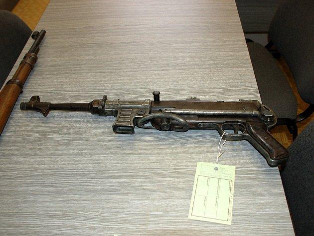Část zbraní, které vrátili obyvatelé Chebska při současné amnestii - samopal MP 40