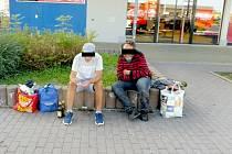 Bezdomovci v Chebu nechtějí přespávat v noclehárně, raději se povalují kolem nákupních středisek.