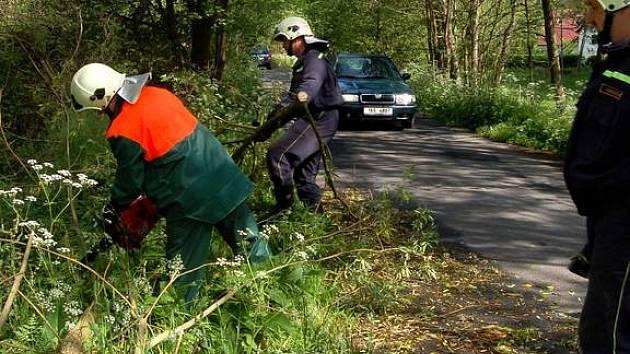 Dobrovolní hasiči z Dolního Žandova likvidují následky jedné z bouřek, které se regionem prohnaly