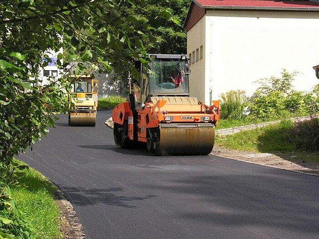 OPRAVY ULIC v Aši pokračují a pokud bude mít město dost financí, ještě do konce letošního roku uskuteční rekonstrukce dalších čtyř komunikací. Na snímku je pokládání asfaltu v Hedvábnické ulici.