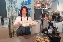 Prázdné město, prázdné podniky a jen samé poplatky. I to potrápilo majitelku Moniku Strausovou, která vlastní vyhlášené Dortové studio, kde provozuje kavárnu i cukrárnu.