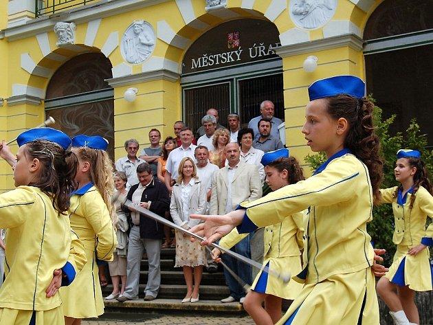 Františkolázeňské mažoretky vystoupily před desítkami starostů z celé republiky