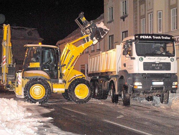SNÍH z ašských ulic mizí, nikoliv ale proto, že by tál. Odváží jej nákladní vozy.