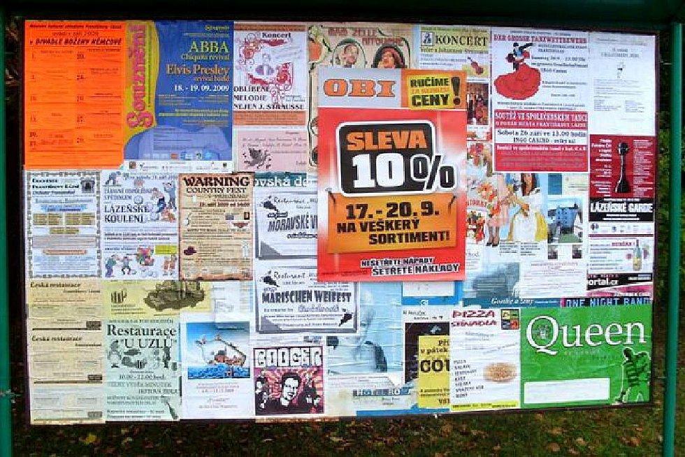 ČERNÝ VÝLEP  plakátů OBI fotograficky zdokumentovali Františkolázeňští na třech oficiálních výlepových plochách. Snímek je z té u zastávky v Sadech.