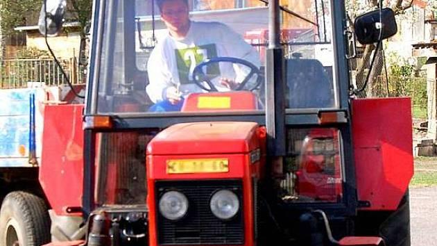 V Chebu závodili studenti na traktorech