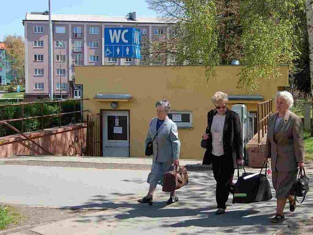 Řada obyvatel Chebska by ocenila delší otvírací dobu veřejných záchodků