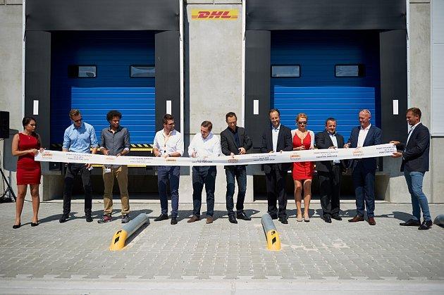 PŘI SLAVNOSTNÍM OTEVŘENÍ nového logistického centra v chebské průmyslové zóně nesmělo chybět ani tradiční přestříhávání pásky.