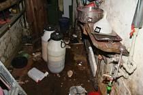 Pětatřicetiletý muž a jeho o rok mladší přítelkyně měli v Sorkově nedaleko Františkových Lázní vyrábět drogy, kterými také platili.