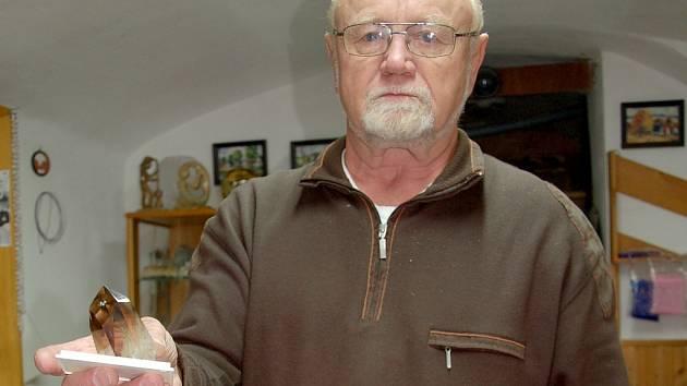 Mineralog Josef Cvačka s krystalem záhnědy, který se nachází v oblasti kolem Hazlova.