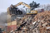 Prostranství po bývalých kasárnách na Zlatém vrchu v Chebu je vyčištěné. Po posledních demolicích tam zůstaly hromady suti, které nechalo město Cheb rozdrtit.