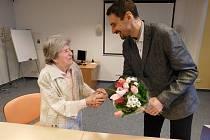 Krásné 101. narozeniny právě oslavila nejstarší občanka Chebu Alžběta Slavíčková. Popřát jí přišel také starosta města Antonín Jalovec.