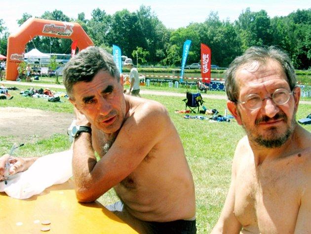 JAN SKLENÁŘ (vlevo) zpytuje svědomí nad časovými ztrátami, které ho připravily o lepší úspěch na krátké trati. Vpravo pozorně naslouchá Jan Hájek z Aše.