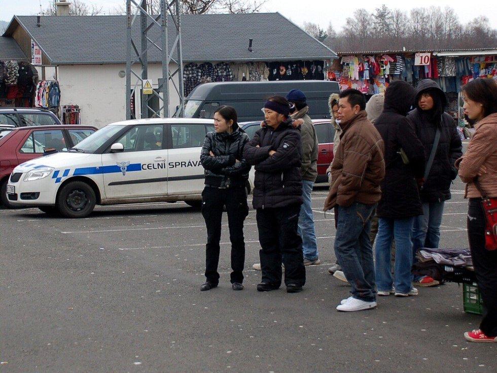 Policejní rekonstrukci brutálního napadení celníka ve vojtanovské tržnici přihlížely desítky stánkařů