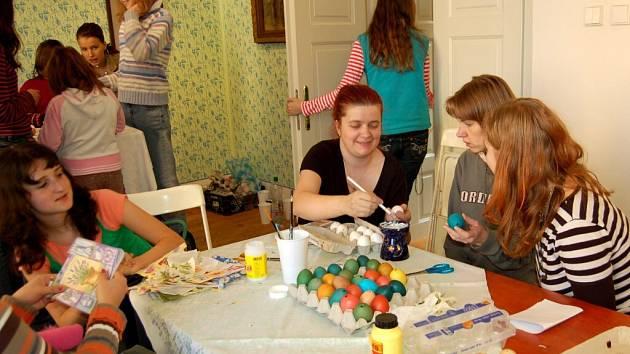 Sobota patřila v chebském muzeu velikonočnímu jarmarku spojenému s ukázkami pletení pomlázek nebo košíků. K vidění bylo i zdobení kraslic