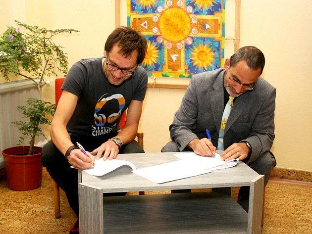 SMLOUVA PLATÍ.  Ředitelé spřátelených organizací SZŠ a VOŠ Cheb Zdeněk Hrkal (vpravo) a Jiří Hort  za o.s. Kotec podepsali smlouvu o spolupráci.