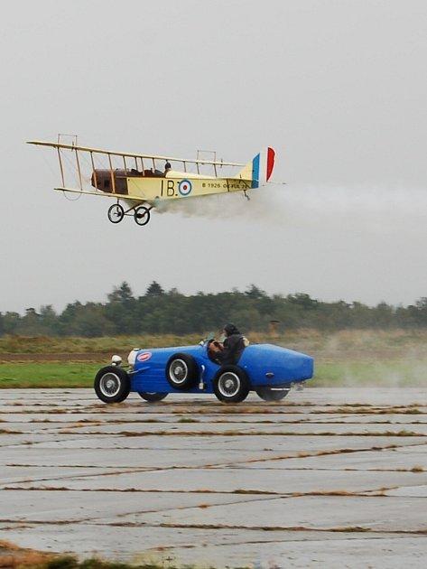 Přestože první den oslav devadesátého výročí chebského letiště pršelo, přišlo mnoho lidí, aby se podívalo, co organizátoři připravili