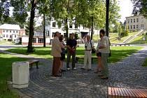 Komise ze soutěže Cesty městy navštívila nově opravený park v Hranicích u Aše.