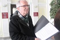 Vladimír Kajlik při podání petice kvůli parkování na mariánskolázeňské radnici
