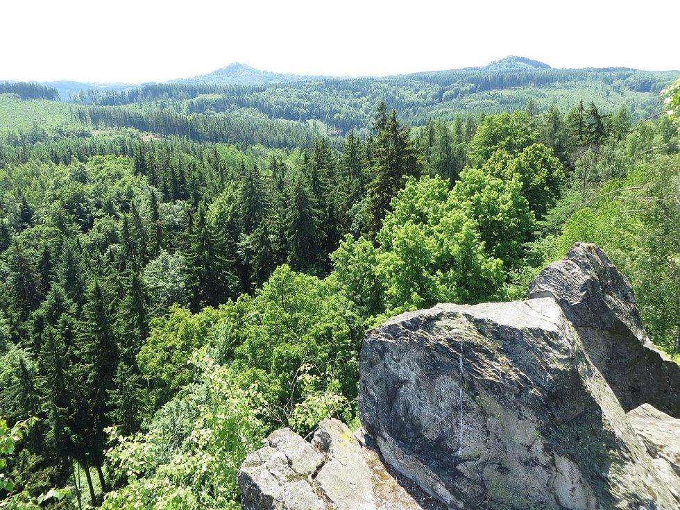 V nejsevernější části chráněné krajinné oblasti Slavkovský les, několik kilometrů od Karlových Varů, se nachází Šemnická skála.