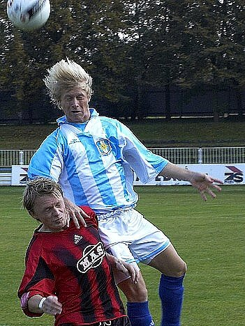 Mour (vpravo) patřil k nejlepším hráčům chebského Unionu