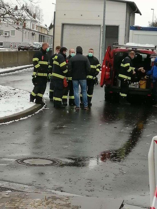 Dobrovolní hasiči rozdávali lidem čaj.