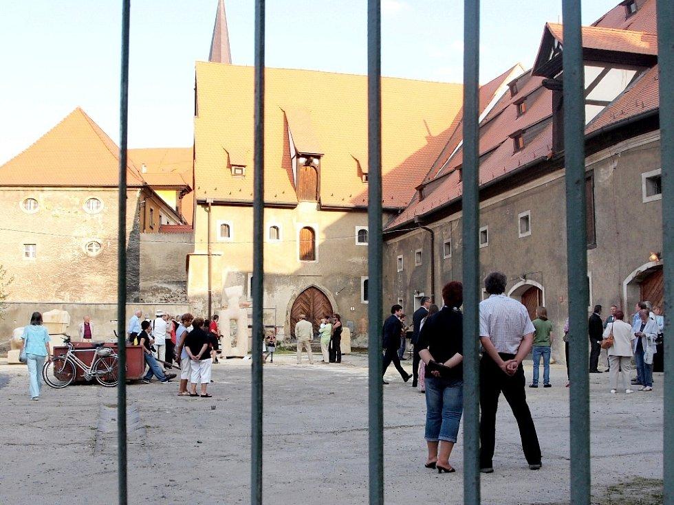 VERNISÁŽ VÝSLEDKŮ workshopu se konala ve dvoře v chebské Hradební ulici.