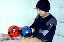 CHEBŠTÍ CELNÍCI zajistili v kontejnerové zásilce z Číny 300 fotbalových míčů. Je u nich podezření, že jde o padělky značky Nike. Míče zatím zůstanou pod celním dohledem, než se k věci vyjádří právní zástupce majitele ochranné známky.