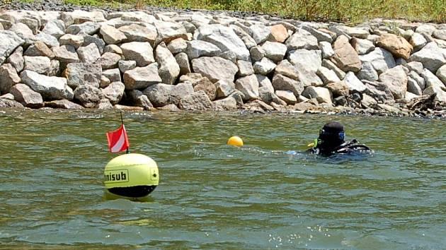 Společné cvičení hasičů, policistů a potápěčů při hledání utonulé osoby na přehradě Jesenice