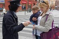 Petra Gontkovičová z Chebu (na snímku vpravo, vedle mluvčí Kateřiny Böhmové) si myslí, že je dobře, že policisté podobné akce pořádají.