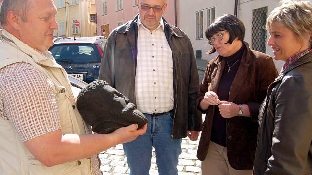 POTÁPĚČ JAN DRŽMÍŠEK, ředitel Muzea Cheb Roman Procházka, etnografka Iva Votroubková a potápěčka Dáša Pokorná (zleva) si u chebského muzea prohlíželi hlavu sochy Rolanda. Tu našli potápěči v řece Ohři pod chebským hradem.