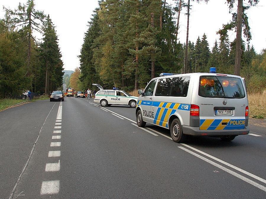 K těžké dopravní nehodě došlo v neděli odpoledne na Patě ve směru z Aše na Hazlov. Střetlo se zde osobní auto s motorkou. Motorkáře s těžkým poraněním odvážel vrtulník do fakultní nemocnice v Plzni.