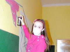 Třináctiletá Martina Orgoníková si vyzkoušela barevný sprej jako první