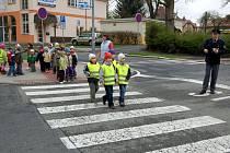 Chebští policisté učili při jedné z preventivních akcí děti z mateřské školky u divadla, jak se chodí po přechodu pro chodce