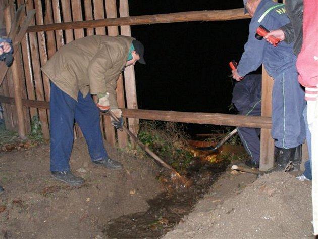 Hasiči ze Skalné na Chebsku museli v pátek 9. listopadu večer vykoupat strouhu, aby odvedli vodu z rybníka, která hrozila zaplavit přilehlé rodinné domky. K zásahu došlo v obci Starý Rybník