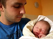 JAKUB NAVRÁTIL přišel na svět v pondělí 5. října v devět hodin. Při narození vážil krásných 4130 gramů a měřil 54 centimetrů. Tatínek Michal se těší, až bude mít doma v Chebu maminku Barboru a synka Jakoubka.