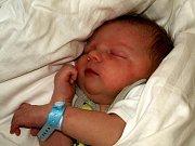 JAN HOMOLKA přišel na svět v neděli 4. října v 17.45 hodin. Při narození vážil 3450 gramů a měřil 50 centimetrů. Doma v Chebu se těší tatínek Jan na návrat maminky Lady a synka Honzíka.