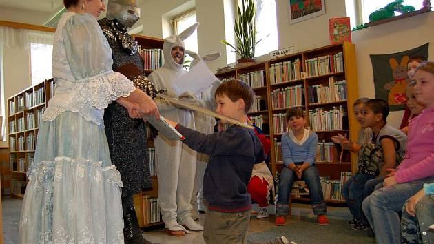 V dětské knihovně v Chebu byli prvňáčci pasováni na čtenáře