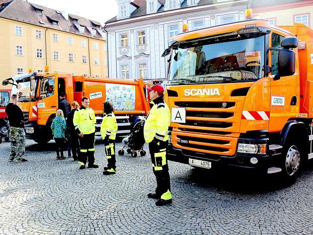 Zbrusu nové popelářské vozy, kterými už tři měsíce sváží odpad chebská společnost Chetes, si mohla zblízka prohlédnout široká veřejnost na chebském náměstí.