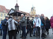 Největší vánoční trhy v Karlovarském kraji jsou zahájeny. V sobotu se na chebském náměstí Krále Jiřího z Poděbrad sešly stovky lidí, aby ochutnaly čerstvý svařák, medový punč anebo křupavou pečenou klobásku.