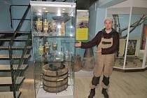 V REZERVACI Soos neřeší její zaměstnanci jen potíže s neposlušnými houbaři. Nedávno dokončili i úpravu místního muzea. V něm hosté mohou spatřit například novou vitrínu s ukázkou minerálů. Na tu ukazoval pracovník rezervace Petr Hauptman.